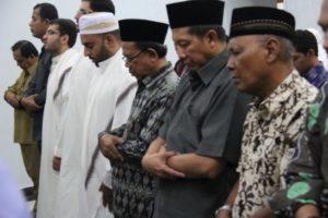 Bapak Dr. Bambang Darmaputera, saat shalat berjamaah usai seminar. Di samping kanannya berurutan Bapak Lukman Hakim Saifuddin (Mentri Agama) dan Bapak Prof. Machasin (Kepala Badan Litbang dan Diklat Kemenag)