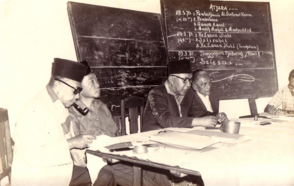 Bapak Bachroen (ketiga dari kiri) tengah memimpin sebuah forum dalam Jalsah Tahun 1970
